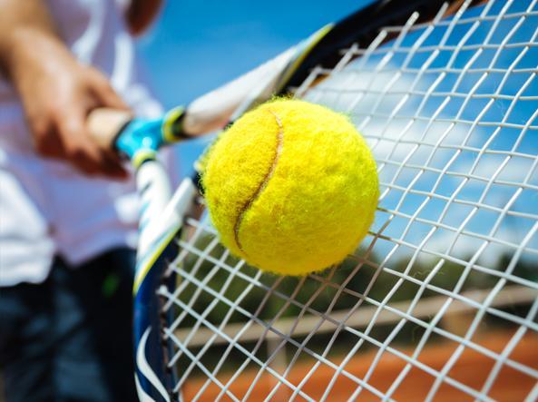 Questa immagine ha l'attributo alt vuoto; il nome del file è giocare_a_tennis_monserrato.jpg